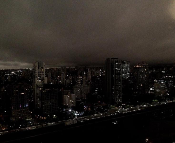 Céu de São Paulo fica negro ao ser encoberto por foligem de queimadas na Amazônia