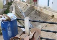 Canais da transposição do São Francisco têm esgoto e placas soltas em Monteiro, na PB
