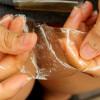 """Brasileira desenvolve """"plástico"""" biodegradável e comestível"""